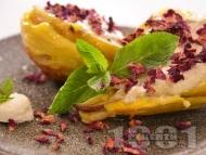 Десерт с печени круши, мед, сирене и бутер тесто